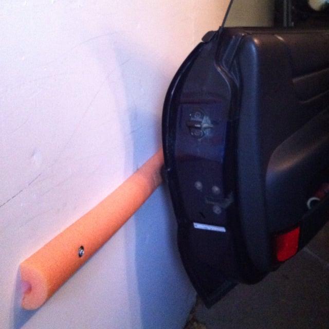 fideos de espuma para evitar que tu puerta se golpee en la pared