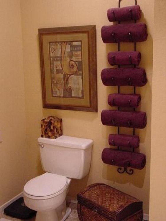 Bastidores de vinos como organizador de toallas en un baño