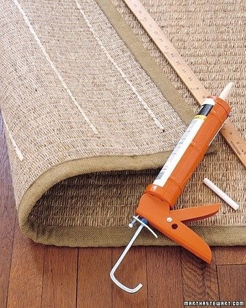 tapete con un poco de pegamento en tubo en el suelo
