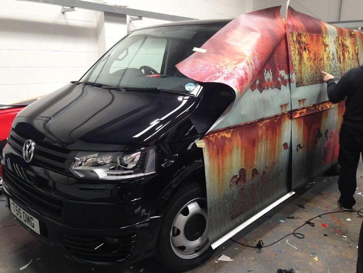 Vinilo de óxido para proteger camioneta de los ladrones en un taller