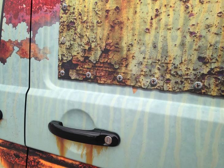 puerta de una camioneta con vinilo de oxido
