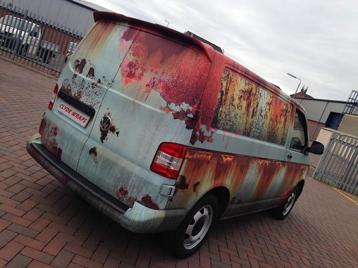 Camioneta cubierta de vinilo de oxido estacionada en una agencia