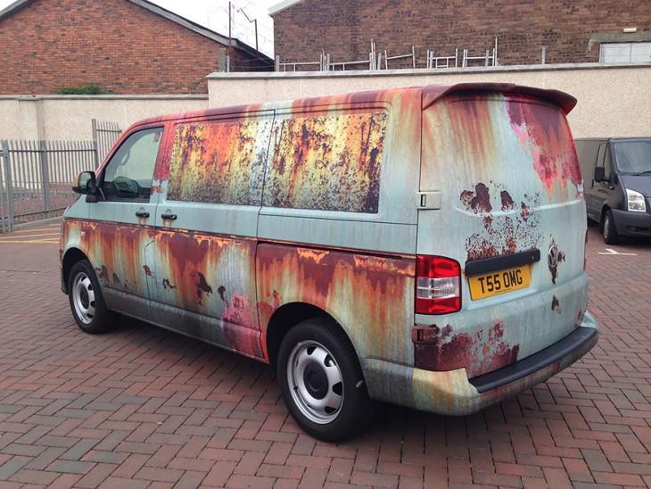Camioneta nueva decorada con vinilo que figura estar oxidada