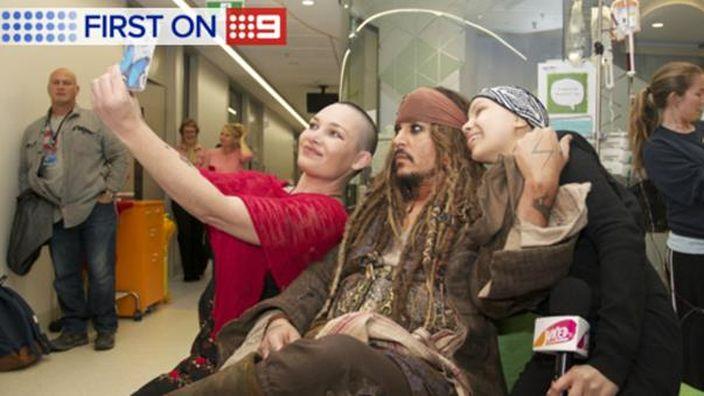 selfie de Johnny Depp con dos mujeres