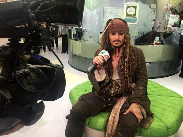 Johnny Depp frente a una cámara en un hospital