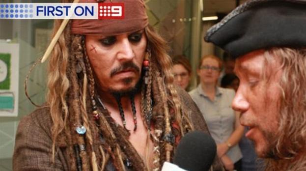 Jack Sparrow entrevistando a otro pirata