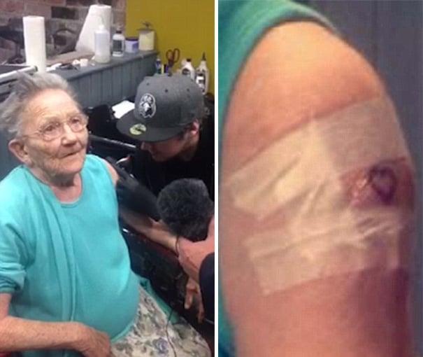 abuelita mostrando su tatuaje