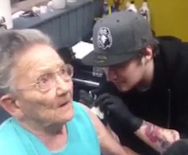 abuelita tatuandose mientras la entrevistan