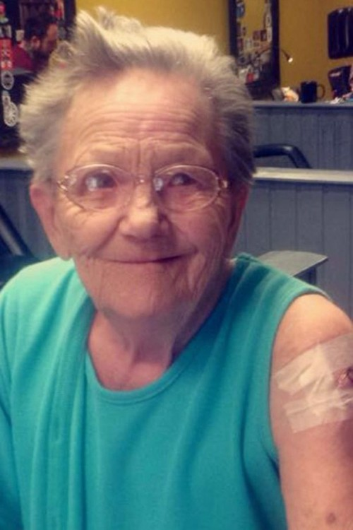 sallie sellers la viejita que se escapo del asilo para ir a tatuarse junto a su nieta