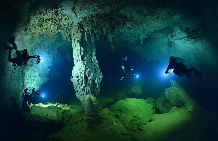 cuevas adentro del agujero azul en belice