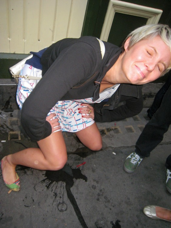mujer haciendo pipi en la calle borracha