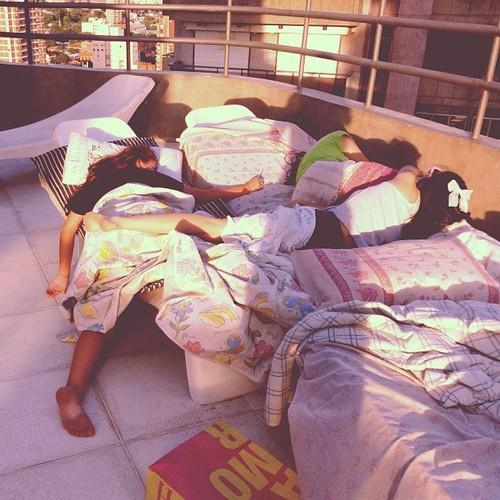 mujeres con resaca tiradas en la cama