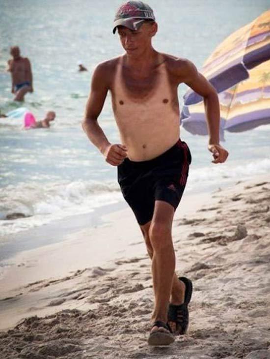 hombre mal bronceado en la playa corriendo por la orilla del mar