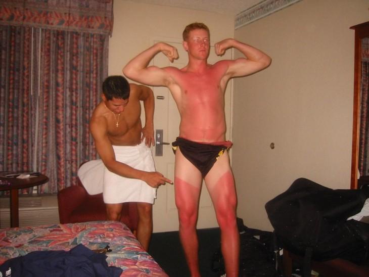hombre mal bronceado posando para la foto