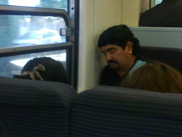 famosos en el autobus