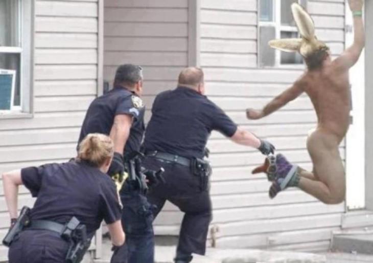 hombre huyendo desnudo de la policia con orejas de conejito de pascua