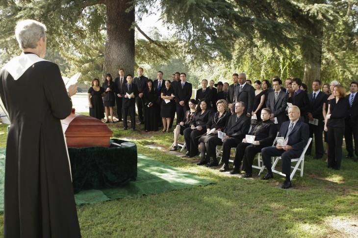 funeral de greys natomy tomado para recrear parodia del hombre avaro
