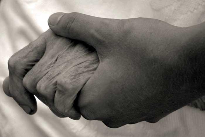 pareja tomada de la mano antesde morir