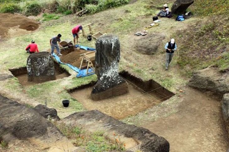 excavaciones alrededor de las cabezas moai