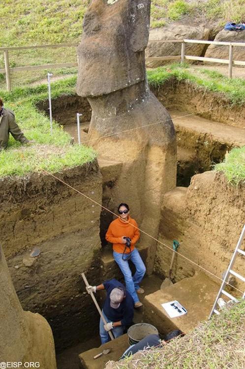 excavaciones las esculturas de los moais