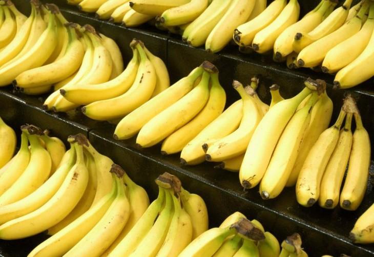Plátanos acomodados en el súpermercado