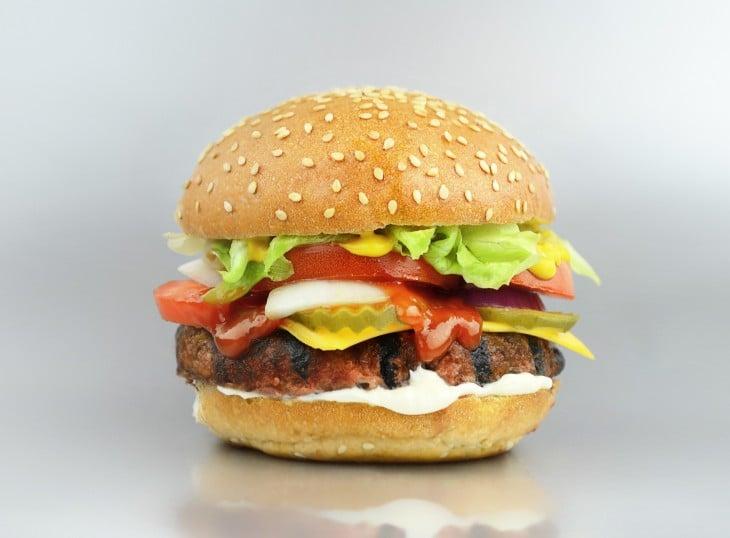 Fotografía de una hamburguesa de comida rápida
