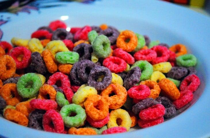Platillo lleno de cereal Froot Loops