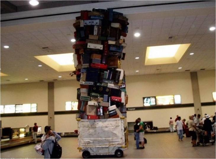 maletero sube un montonal de maletas al carrito