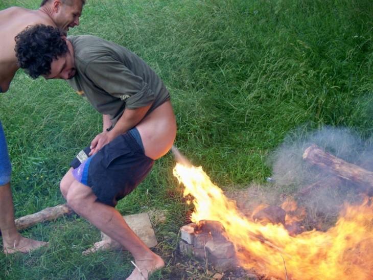 hombre orina sobre el fuego como señal de uego