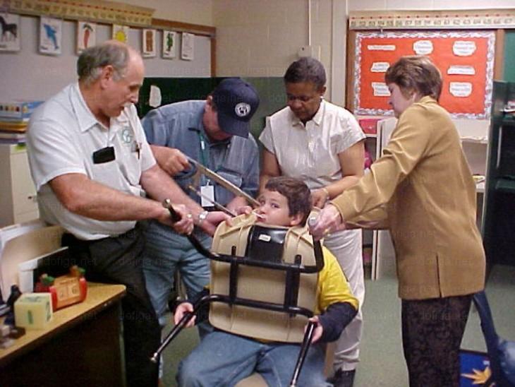 niño atora la cabeza en la silla y lo llevan al hospital