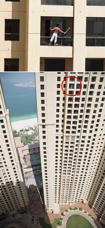 muchacho se sube a edificio alto para limpiar su ventana en la orilla del marco del rascacielos