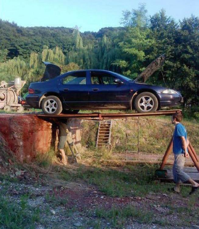 hombres ponen carro de una forma peligrosa para arreglarlo
