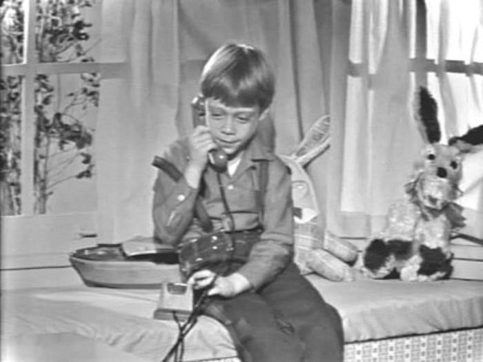 niño hablando por telefono