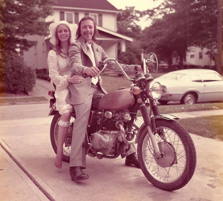 pareja celebra 40 aniversario con fotos recreadas 1975