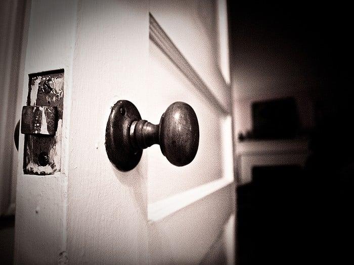 cerrar la puerta con sigilo cuidadosamente