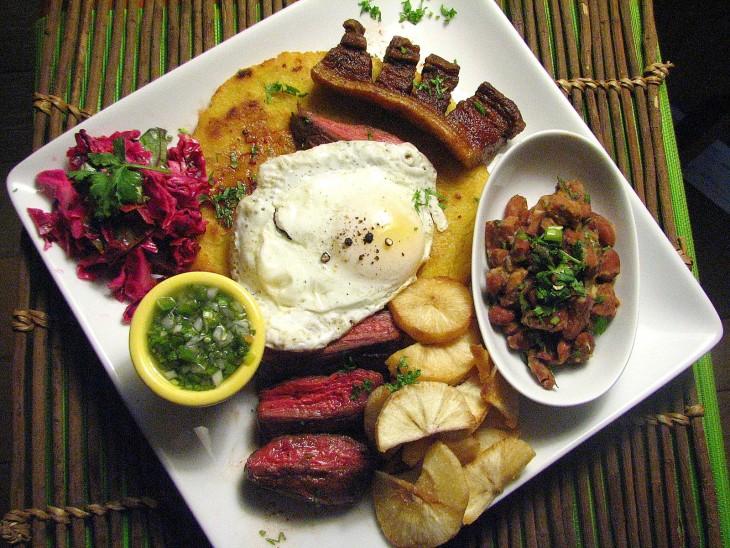bandeja paisa comida tipica de colombia