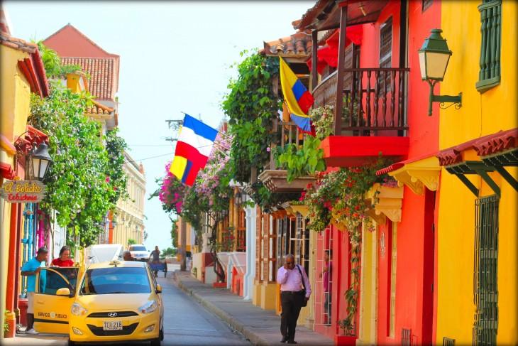 hombre caminando por las calles de cartagena colombia