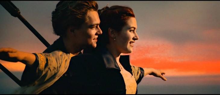 escena donde jack y rose se abrazan en el barco