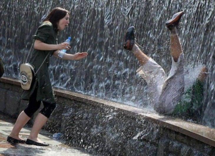 hombre cayendose de la cascada