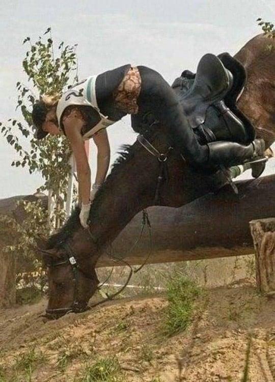 caballo cae de boca al suelo y mujer va volando en el aire justo antes de caer