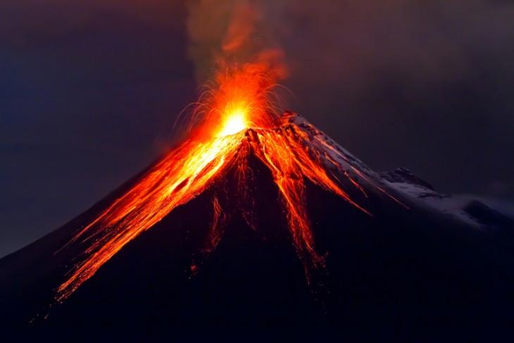 Volcan de villarica, en erupcion junio de 2011 chile