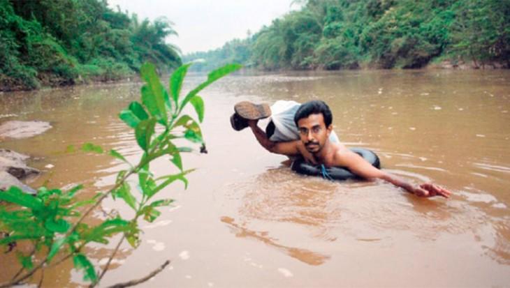 PROFESOR NADA 12 KILOMETROS DIARIOS PARA DAR CLASE EN LA INDIA