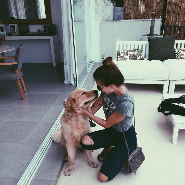 Mujer acariciendo a su mascota