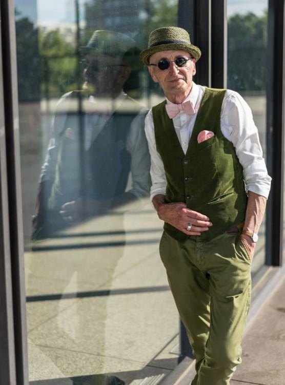 Anciano hipster VESTIDO DE VERDE CON UN MOÑO ROSA COMO CORBATIN