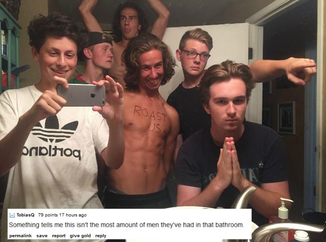 muchos amigos tomandose una foto en el baño