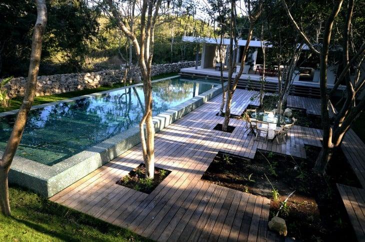 casa con alberca y arboles en el jardin