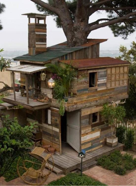 casa de tres pisos hecha de madera