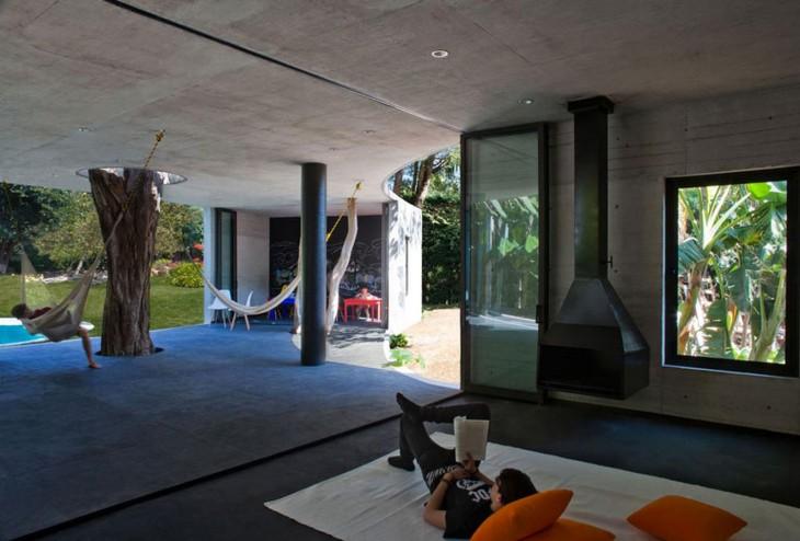casa con hamacas al interior