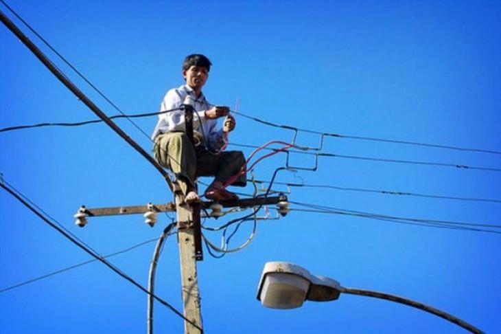 hombre intentando arreglar la energia electrica del pueblo de vietnam de una forma poco convencional