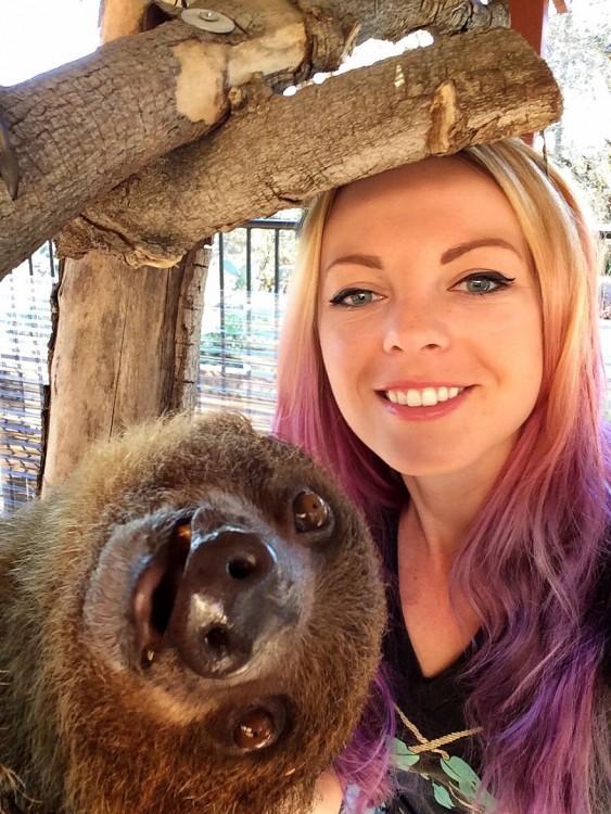 mujer posa con un animalito